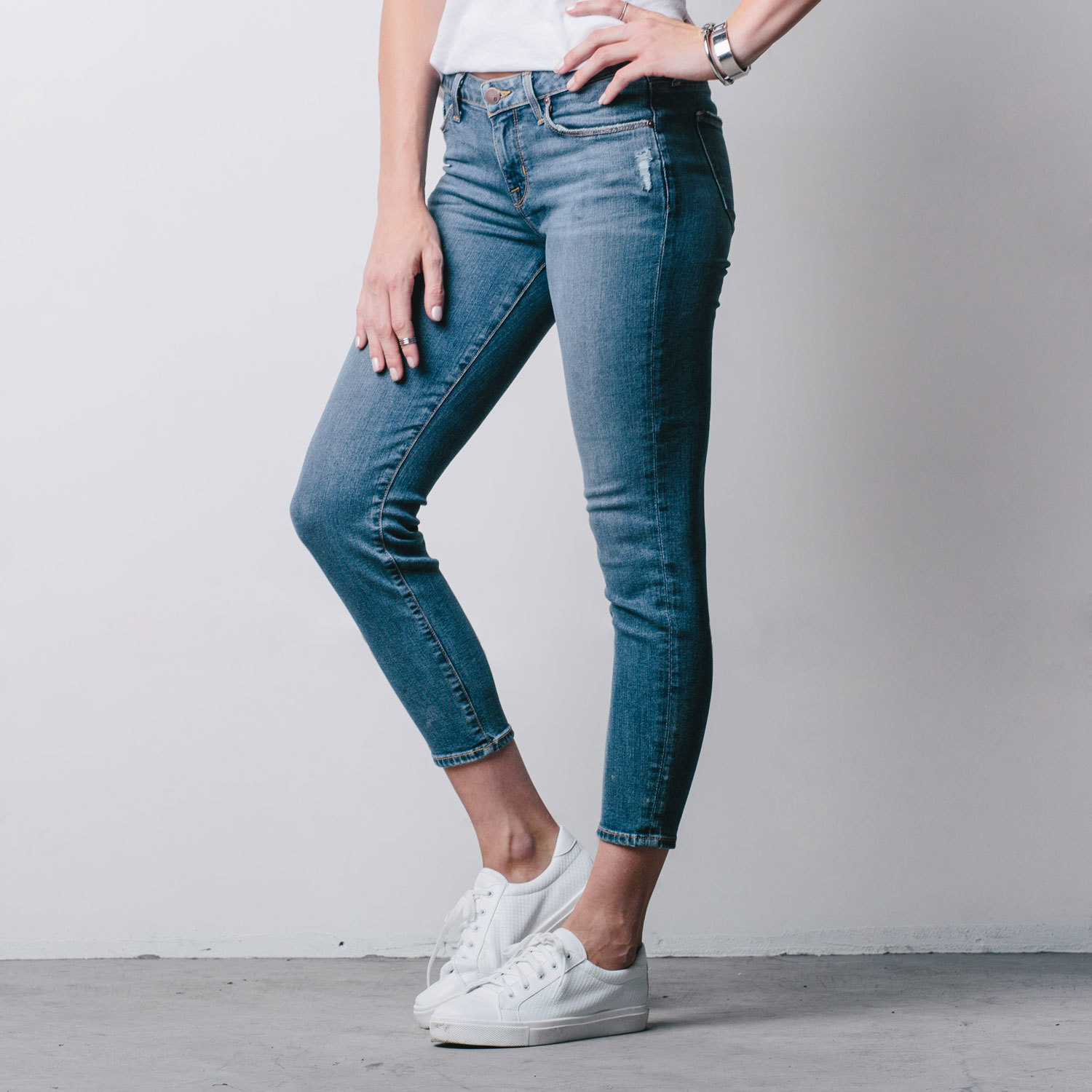 Womens Mid Rise Cropped Skinny Jeans In Destructed Vintage